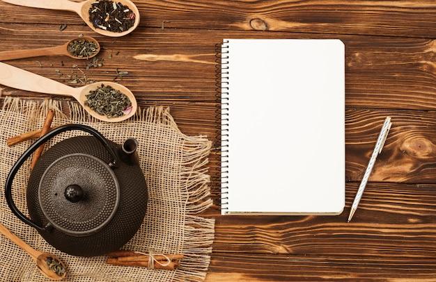 Modèle de bloc-notes plat poser avec concept de thé Photo gratuit