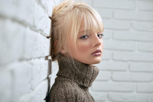 Modèle Blonde Gogeous Posant Photo Premium