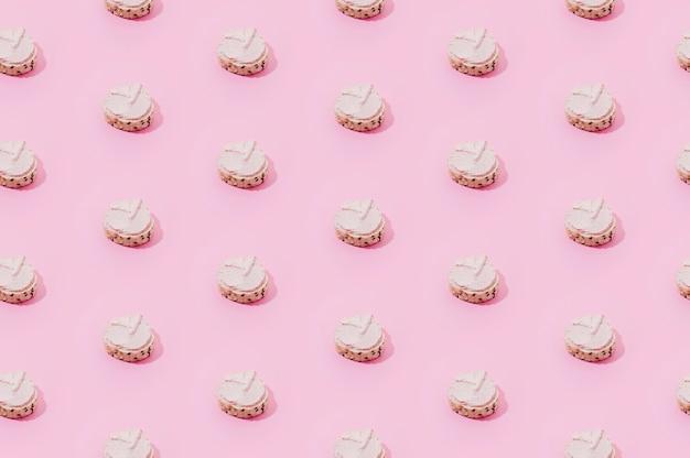 Modèle de boulangerie avec des bonbons roses Photo gratuit