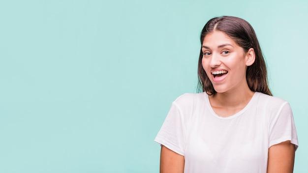 Modèle brunette posant avec un t-shirt blanc Photo gratuit