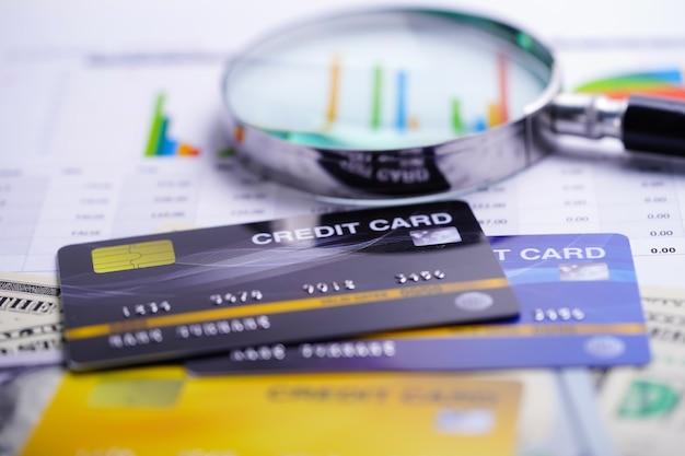 Modèle de carte de crédit avec loupe. Photo Premium