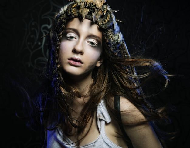 Modèle avec coiffure créative et maquillage lumineux Photo Premium