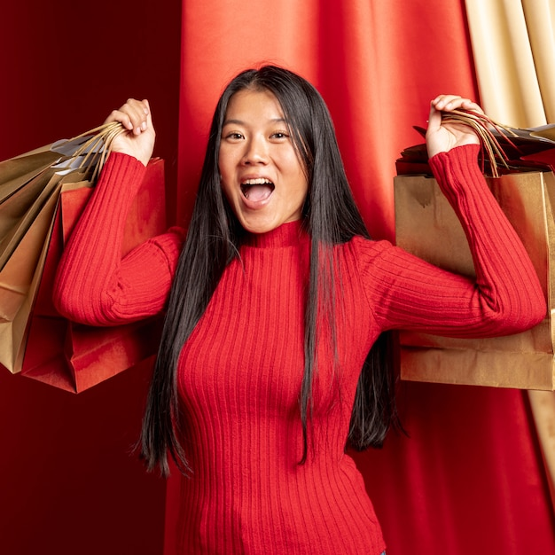 Modèle Décontracté Avec Des Sacs Posant Pour La Nouvelle Année Chinoise Photo gratuit