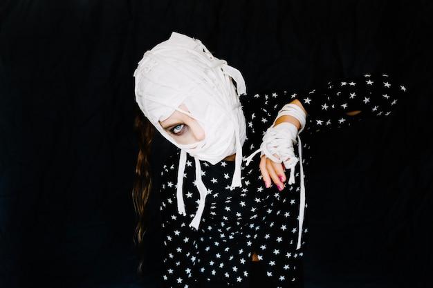 Modèle effrayant avec des bandages en tant que maman Photo gratuit