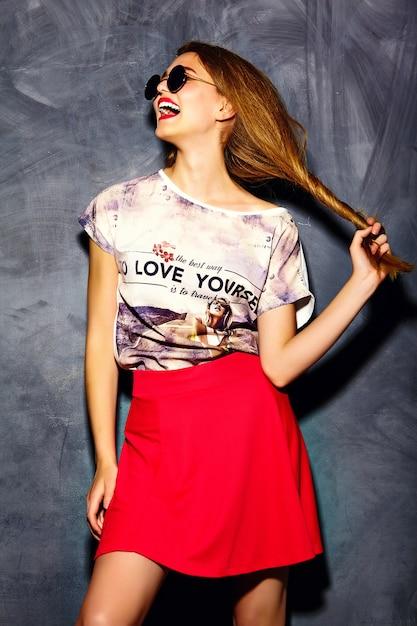 Modèle élégant Belle Jeune Femme Glamour Dans Des Vêtements Décontractés Hipster. Jolie Fille Posant Sur Studio Photo gratuit