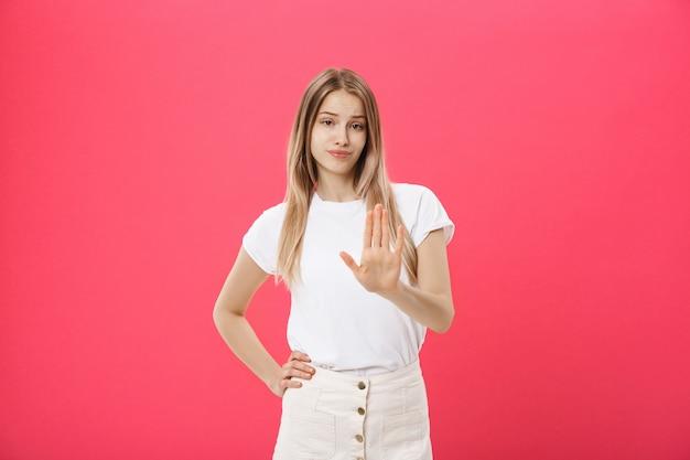 Modèle féminin contrarié avec une peau tachée de rousseur Photo Premium