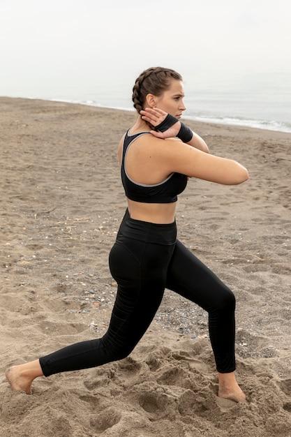 Modèle féminin exerçant dans des vêtements de sport Photo gratuit