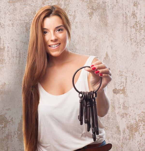 Modèle féminin posant avec les touches | Télécharger des Photos gratuitement