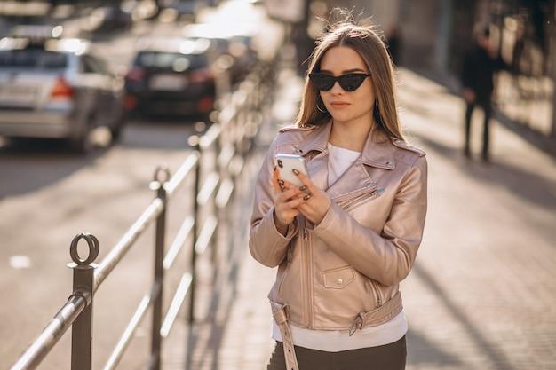 Modèle femme debout près de la route Photo gratuit
