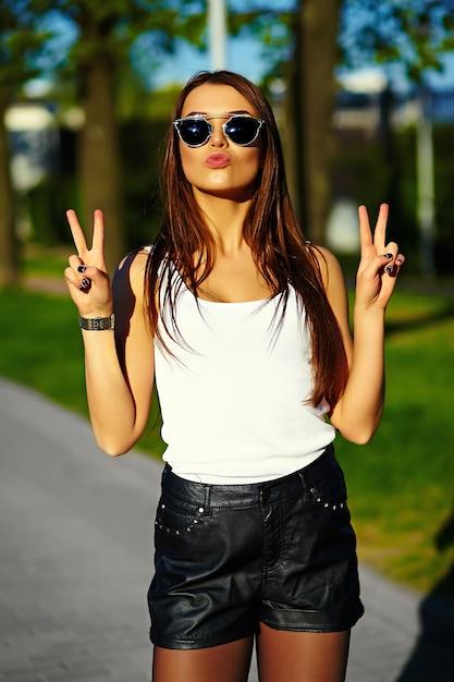 Modèle Femme élégante Glamour En Tissu Brillant D'été Dans La Rue Photo gratuit