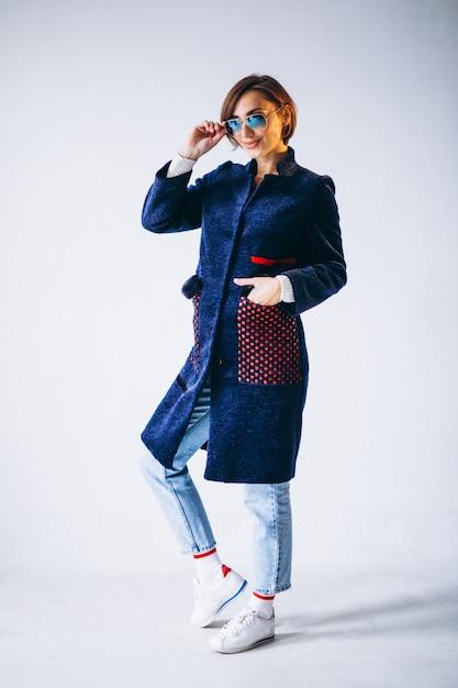 Modèle femme montrant des vêtements d'hiver Photo gratuit