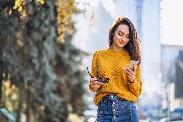 Modèle femme parler au téléphone Photo gratuit