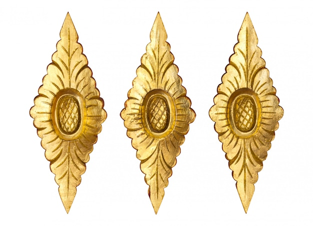 Modèle de fleur d'or en bois sculpté isolé sur blanc Photo Premium
