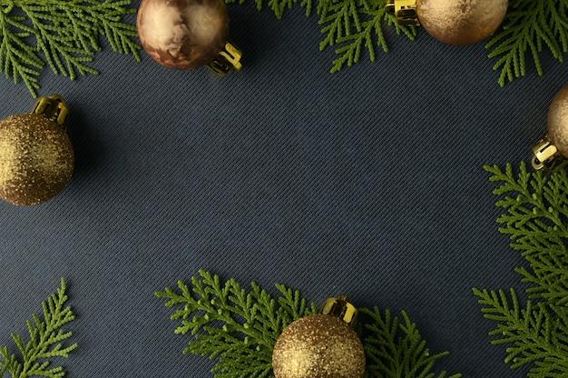 Modèle de fond de noël avec cadre de branches de sapin. lay plat, vue de dessus Photo Premium