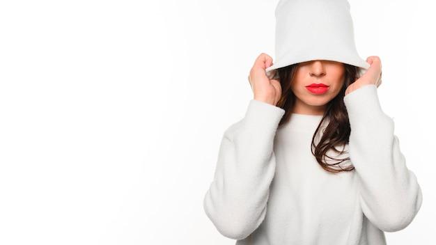Modèle d'hiver couvrant le visage avec un chapeau Photo gratuit
