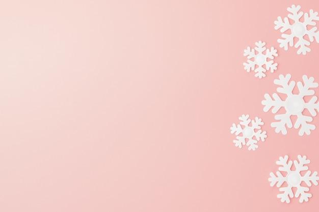 Modèle D'hiver Fait De Flocons De Neige Et Rose. Noël . Lay Plat. Fond Pour Votre Texte Photo Premium