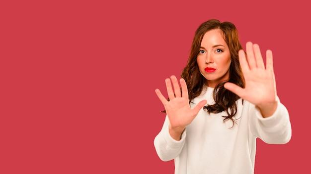 Modèle d'hiver féminin montrant les mains Photo gratuit