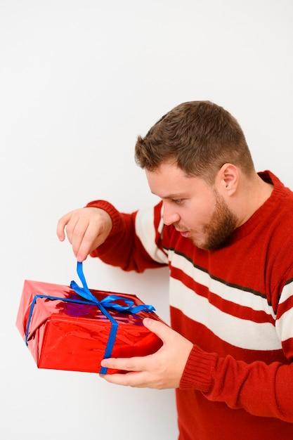 Modèle d'hiver ouvrant le cadeau Photo gratuit