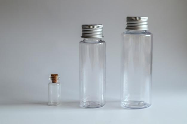 Modèle d'image de bouteille en verre transparent avec couvercle en métal blanc Photo Premium