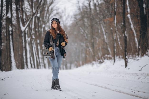 Modèle jeune fille marchant dans le parc d'hiver Photo gratuit