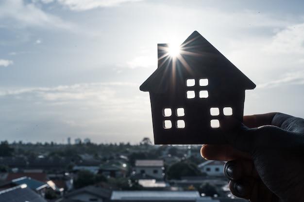 Modèle de maison en main d 'agent de courtier d' assurance habitation ou de vendeur. Photo Premium
