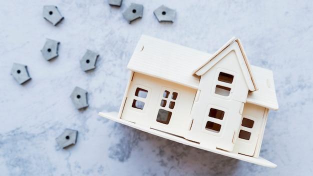 Modèle de maison avec de nombreuses petites maisons d'oiseaux sur fond de béton Photo gratuit