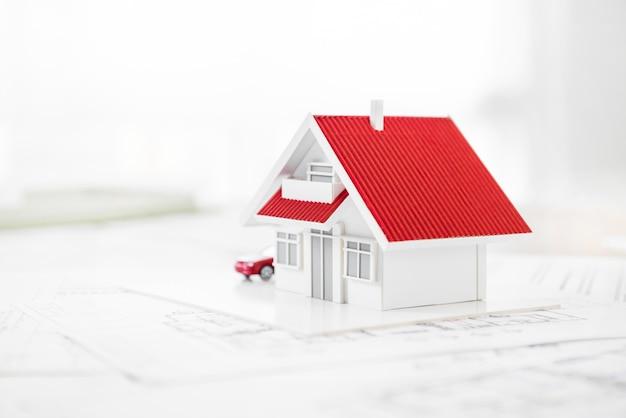 Modèle de maison sur papier blueprint Photo Premium