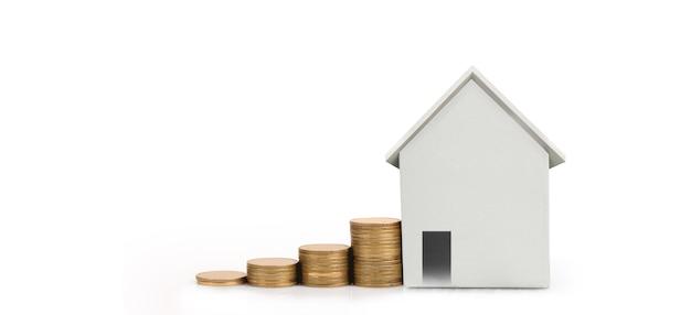 Modèle De Maison Et Pièces De Monnaie. Concept De Logement Et Immobilier. Idée D'entreprise à Domicile Photo Premium