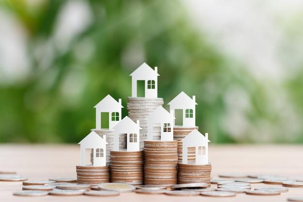 Modèle De Maison Sur Pile De Pièces Pour épargner En Vue D'acheter Une Maison Photo Premium