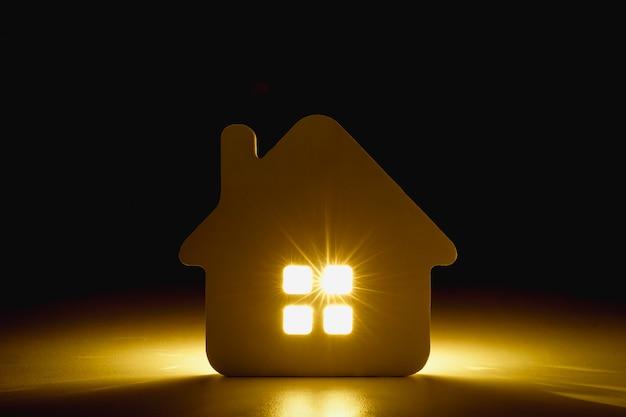 Modèle de maison sur table en bois Photo Premium