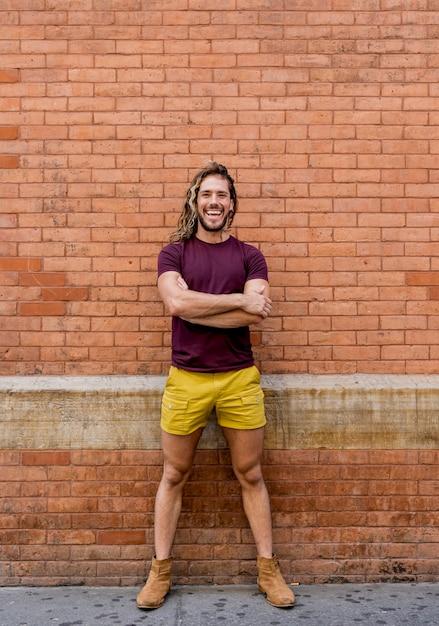 Modèle Masculin, Poser, à, Mur Brique   Photo Gratuite