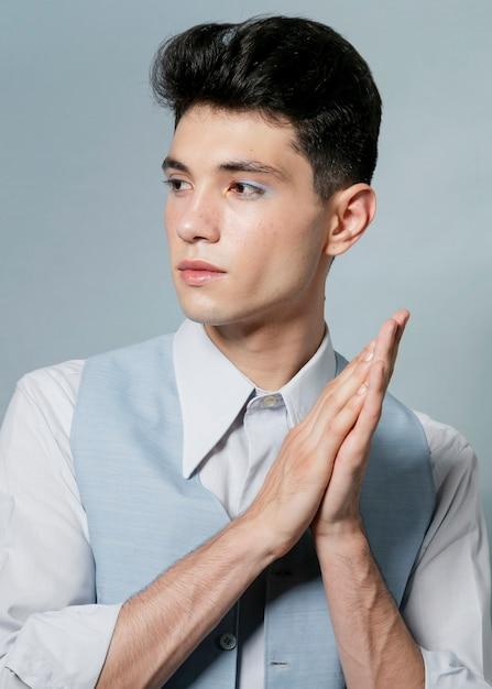 Modèle masculin qui pose en studio Photo gratuit