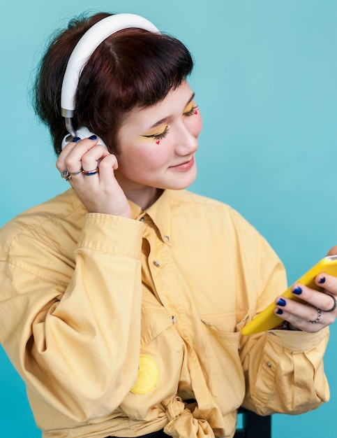 Modèle à La Mode En écoutant De La Musique Photo gratuit