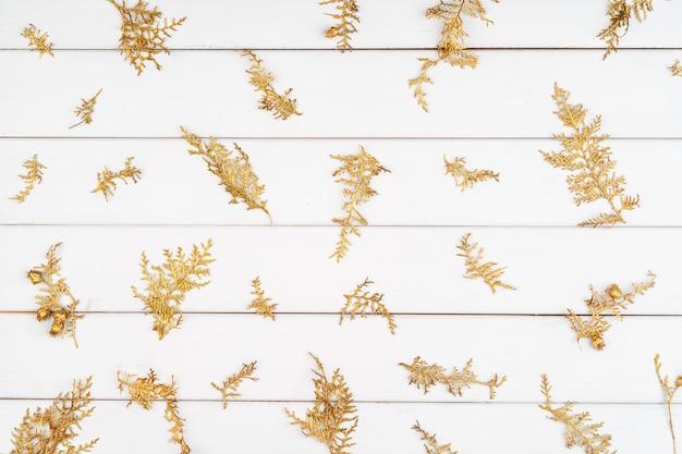 Modèle de noël de décorations de vacances sur un fond en bois blanc Photo Premium
