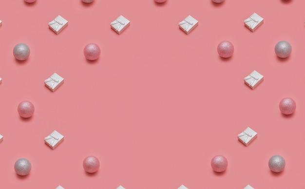Modèle de noël tendance fait avec divers objets d'hiver et de nouvel an sur fond rose Photo Premium