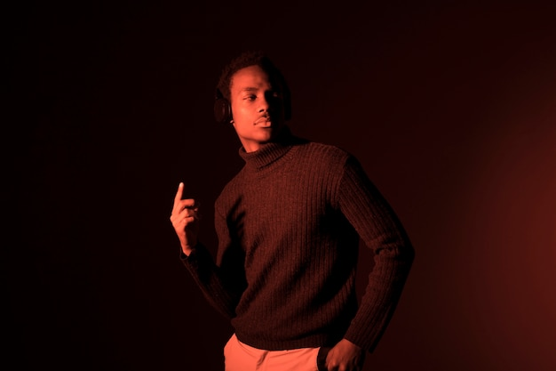 Modèle noir pose Photo gratuit