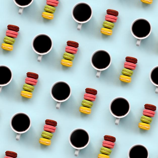Un modèle de nombreuses tasses de café et de macaron de gâteau de dessert coloré Photo Premium