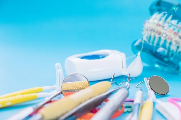 Modèle Orthodontique Et Outil De Dentiste Photo Premium