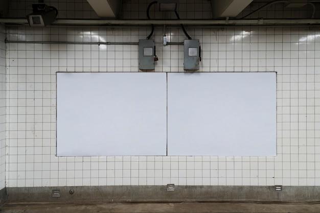 Modèle de panneau d'affichage dans la station de métro Photo gratuit