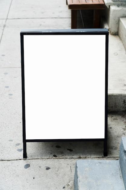 Modèle de panneau d'affichage debout devant le magasin Photo gratuit