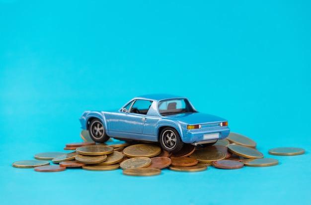 Modèle de parking bleu sur pile de pièces d'or Photo Premium