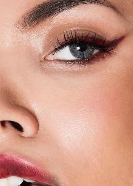 Modèle de plan rapproché extrême portant un maquillage élégant Photo gratuit