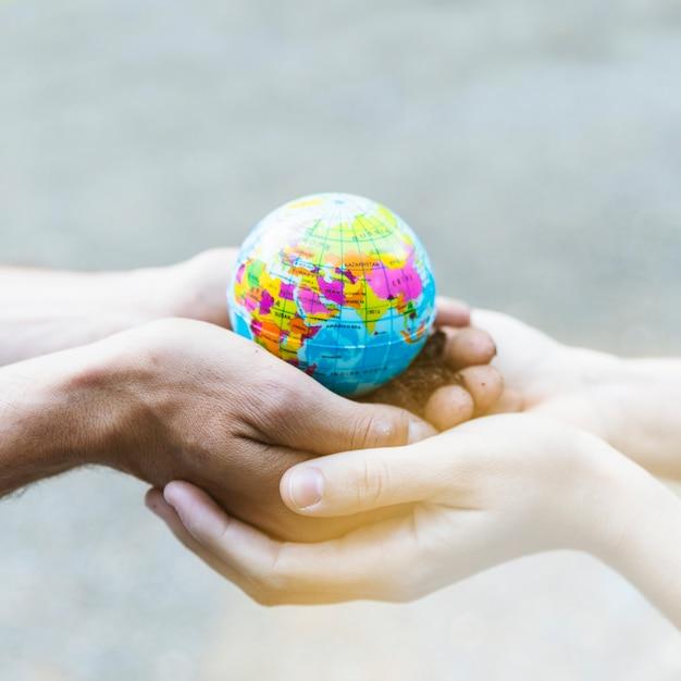 Modèle de planète concept dans les mains Photo gratuit
