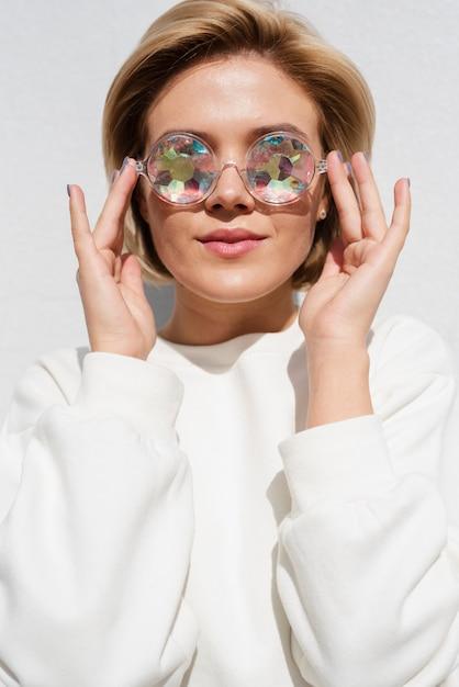 Modèle portant des lunettes holographiques Photo gratuit
