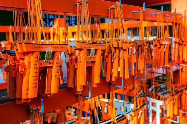 Le Modèle Des Portes Torii était Suspendu Sur Un Support Après Que Le Touriste Les Ait Utilisés Pour Faire Un Vœu Au Sanctuaire Fushimi Inari, à Kyoto. Photo gratuit