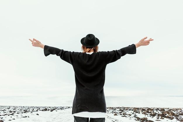 Modèle Posant En Vêtements D'hiver à La Lumière Du Jour Photo Premium
