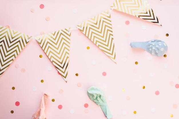 Modèle Pour Les Vacances. Guirlande De Papier De Drapeaux Sur Fond Rose Avec Des Confettis Et Des Ballons à Air Pastel. Contexte Festif, Anniversaire Photo Premium