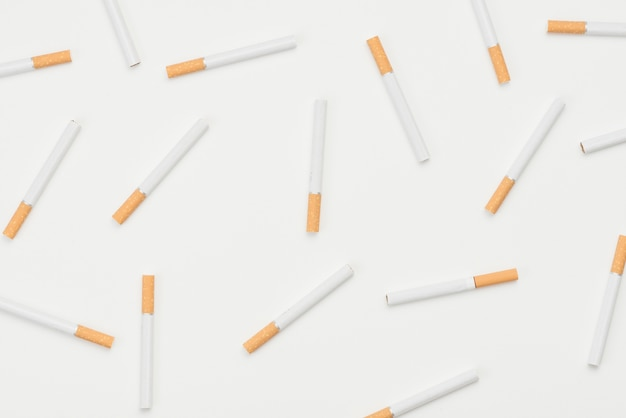 Modèle sans couture de cigarettes sur fond blanc Photo gratuit