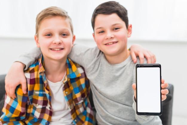 Modèle de smartphone présentant des garçons Photo gratuit
