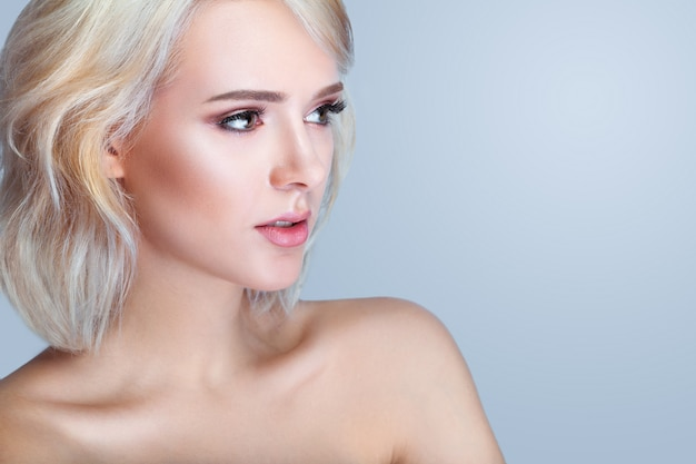 Modèle souriant de beauté avec un maquillage naturel et de longs cils Photo Premium